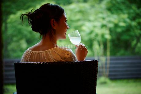 飲み物を飲む女性の後ろ姿の写真素材 [FYI02052632]