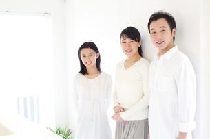 笑顔の両親と娘の写真素材 [FYI02052642]