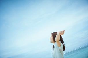 伸びをする女性の横顔の写真素材 [FYI02052653]