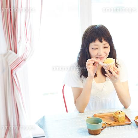 マフィンを食べる若い女性の写真素材 [FYI02052655]