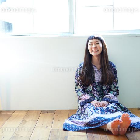 床に座る若い女性の写真素材 [FYI02052661]