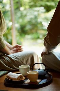縁側のお茶とシニア夫婦の写真素材 [FYI02052671]