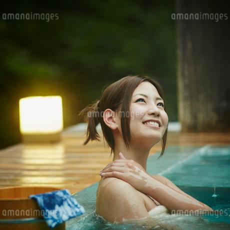 露天風呂に入浴する女性の写真素材 [FYI02052679]