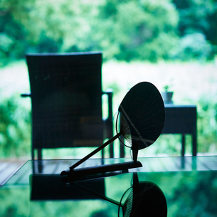 団扇とウッドデッキの椅子とテーブルの写真素材 [FYI02052691]