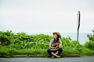 バス停でバスを待つ女性の写真素材 [FYI02052721]