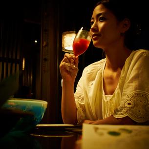 食事をする女性の写真素材 [FYI02052743]