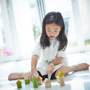 積み木で遊ぶ女の子の写真素材 [FYI02052749]