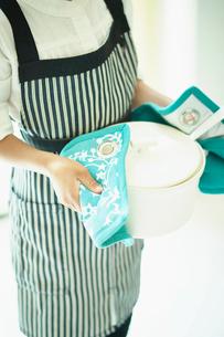 鍋を持つ女の子の写真素材 [FYI02052775]
