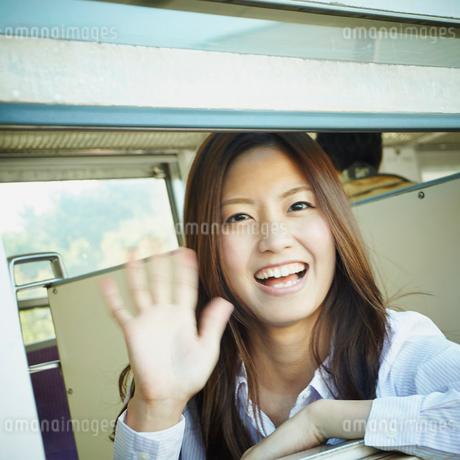 列車の窓から手を振る女性の写真素材 [FYI02052778]