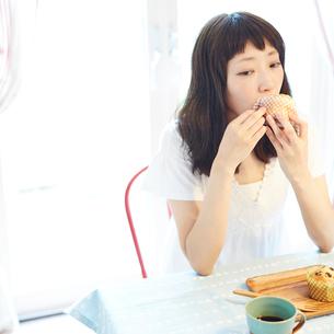 マフィンを食べる若い女性の写真素材 [FYI02052787]