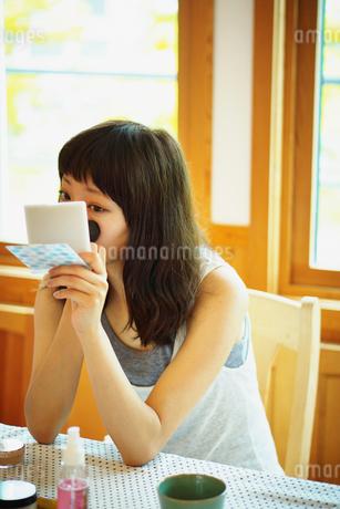 メイクをする女性の写真素材 [FYI02052836]