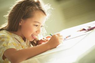 お絵かきをする女の子の写真素材 [FYI02052852]