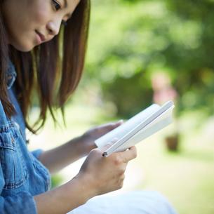 本を読む女性の写真素材 [FYI02052860]