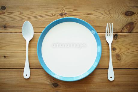 テーブルの上のお皿とナイフとフォークの写真素材 [FYI02052864]