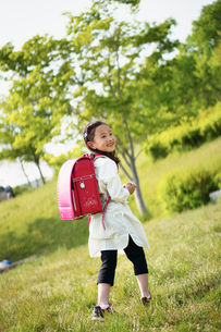 公園で遊ぶランドセルを背負った女の子の写真素材 [FYI02052867]