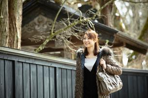 バッグを肩にかけた女性の写真素材 [FYI02052874]