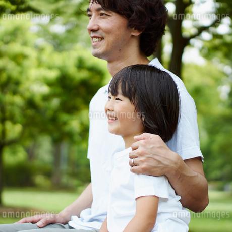 笑顔のお父さんと男の子の写真素材 [FYI02052884]
