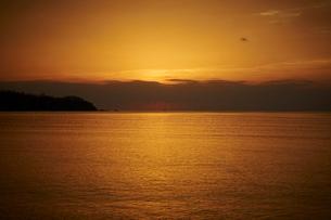 海に落ちる夕日の写真素材 [FYI02052905]