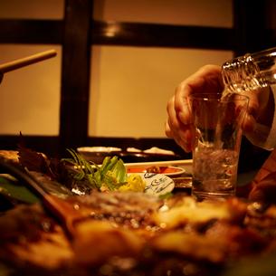 お酒を注ぐ女性の手の写真素材 [FYI02052913]