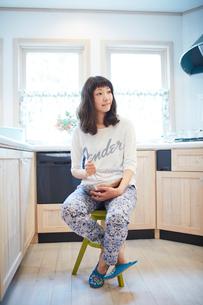 料理をする若い女性の写真素材 [FYI02052914]