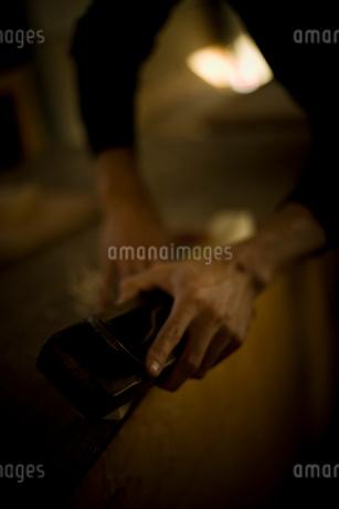 鉋を握る男性の手元の写真素材 [FYI02052926]