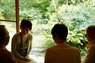 お茶を楽しむシニアグループの写真素材 [FYI02052938]