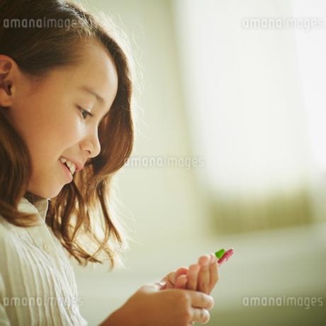 クレヨンを持つ女の子の横顔の写真素材 [FYI02052940]