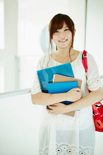 ノートを持つ若い女性の写真素材 [FYI02052947]