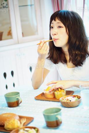 マフィンを食べる女性の写真素材 [FYI02052972]
