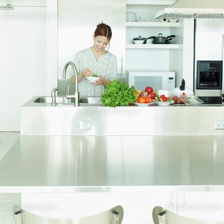 キッチンで料理をする女性の写真素材 [FYI02052974]