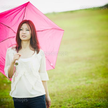 傘をさす女性の写真素材 [FYI02052975]