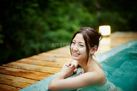 露天風呂に入浴する女性の写真素材 [FYI02052978]