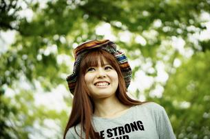 帽子をかぶった笑顔の女性の写真素材 [FYI02052987]