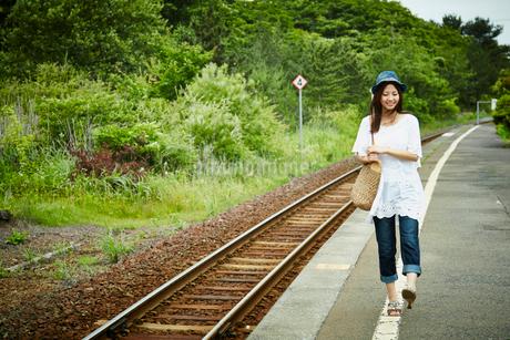 駅のホームを歩く女性の写真素材 [FYI02052997]