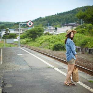 駅のホームに立つ女性の写真素材 [FYI02053002]