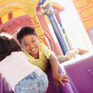 滑り台で遊ぶ男の子と女の子の写真素材 [FYI02053007]