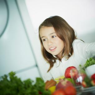 キッチンに立つ女の子の写真素材 [FYI02053011]