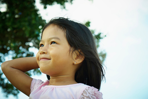遠くを見つめる女の子の写真素材 [FYI02053030]