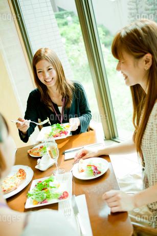 レストランで食事をする2人の女性の写真素材 [FYI02053053]