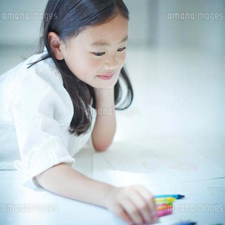 お絵かきをする女の子の写真素材 [FYI02053060]