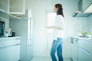 キッチンの女性の写真素材 [FYI02053076]