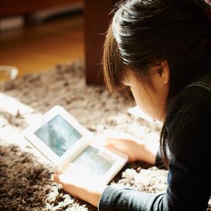ゲームをする女の子の写真素材 [FYI02053088]