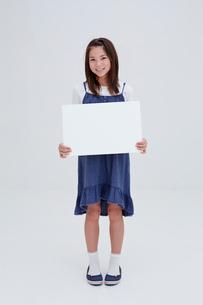 ホワイトボードを持つ女の子の写真素材 [FYI02053091]