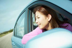 車の窓から外を眺める女性の写真素材 [FYI02053102]