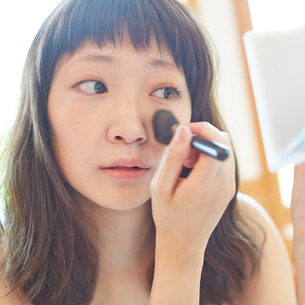 メイクをする若い女性の写真素材 [FYI02053103]
