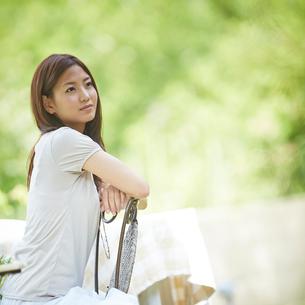 椅子に座る女性の写真素材 [FYI02053107]