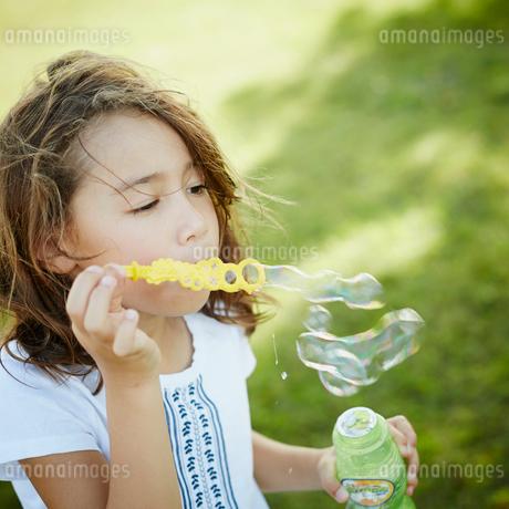 シャボン玉と女の子の写真素材 [FYI02053110]