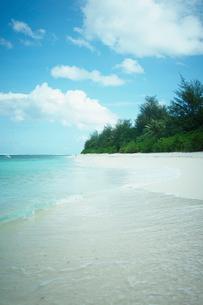 砂浜と青空の雲の写真素材 [FYI02053123]