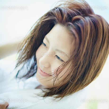 髪をタオルで拭く女性の写真素材 [FYI02053128]