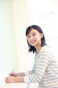勉強をする女の子の写真素材 [FYI02053138]